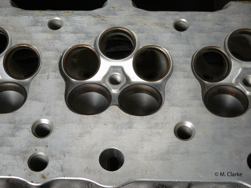 Con cinque valvole per cilindro al posto di quattro la forma delle camere di combustione peggiora (rapporto superficie/volume più alto). Inoltre il coefficiente di efflusso alla aspirazione è minore