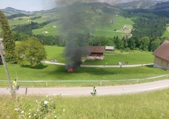 L'auto in fiamme - Bild: Leser-Reporter 20 Minuten online CH