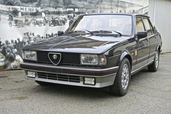 """Alfa Romeo Giulietta 2000 Turbo di Autodelta e Balduzzi: potenza che non significa arroganza. Tratto molto dinamico la linea che nasce dal cofano e ricopre l'auto fino al tetto, rimarcata anche dalla grondaia. Grigio, rosso e nero caratterizzavano molto le Alfa più sportive dell'epoca, creando un abbinamento sportivo ma non pacchiano. Il design di calandra e feritoie del paraurti allineate danno un interessante spunto di confronto nell' epoca odierna di """"single frame"""" obbligatorio. La freccetta curvata trasforma la linea rettilinea del frontale nell'andamento a cuneo della fiancata e conferisce il tratto saliente del muso di Giulietta. In quest'auto è racchiusa la linea futura della """"33"""", più venduta ma meno graffiante e personale"""