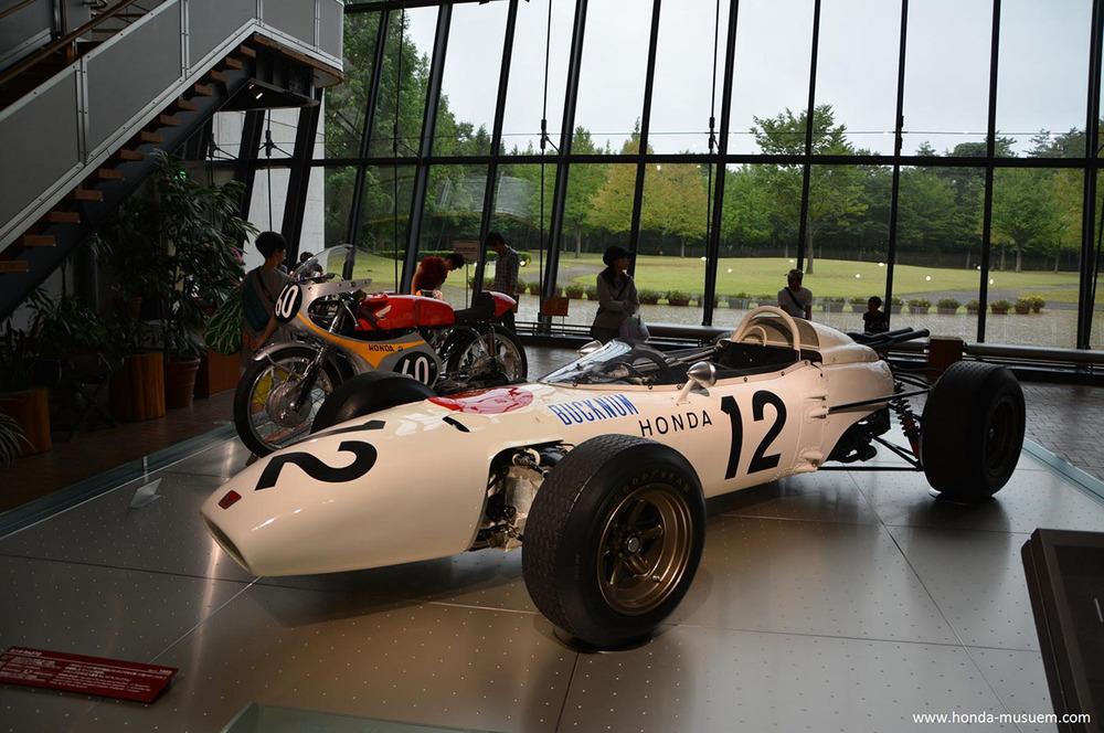 La Honda ha vinto la sua prima gara del campionato mondiale di Formula Uno nel 1965 con la RA 272, dotata di un motore a 12 cilindri a V di 60° di 1500 cm3, disposto con l'asse dell'albero a gomito trasversale rispetto al telaio