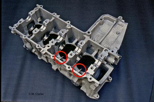 Nella foto sono ben visibili gli ugelli dai quali escono i getti di olio in un moderno motore quadricilindrico. La quantità emessa è dell'ordine del 20 – 30% di quella fornita al sistema di lubrificazione