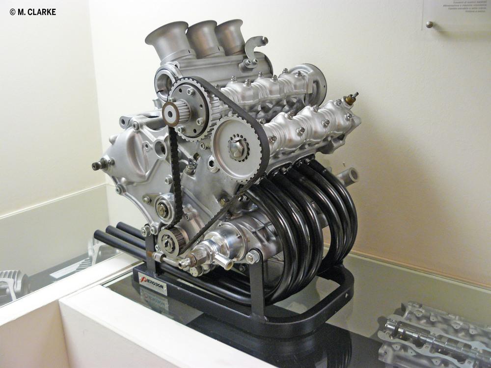 Il tricilindrico progettato dalla Ricardo per la Ducati è esposto al museo della casa bolognese. Aveva il raffreddamento ad acqua, la distribuzione bialbero comandata da una cinghia dentata e sei condotti di scarico (uno per ogni valvola)