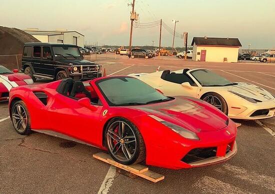 Ferrari emergono dai detriti dopo il passaggio degli uragani in USA