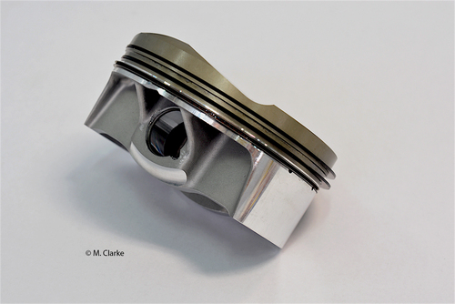 Il pistone forgiato ha il mantello di estensione molto ridotta ed è anodizzato nella zona dei segmenti e sul cielo