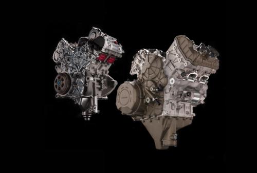 Questa immagine consente di apprezzare chiaramente la stretta parentela, in fatto di architettura e di schemi adottati, tra il Desmosedici Stradale e il motore della MotoGP, in secondo piano