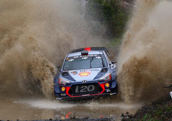 WRC17 Australia. Day 2: Fuori Mikkelsen, avanti Neuville, sempre Hyundai