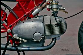 I classici motori Motobi a cilindro orizzontale (questo è un 175 per le gare juniores degli anni Sessanta) avevano il cambio con presa diretta e la trasmissione primaria a coppia di ingranaggi; l'albero a gomito girava quindi all'indietro. Considerazioni identiche valgono per i monocilindrici Aermacchi 175, 250 e 350 dello stesso periodo