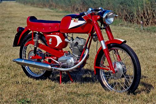 Uno splendido esemplare di Morini Corsaro Veloce prima versione. Questa 125 è stata una delle maggiori protagoniste della scena motociclistica italiana negli anni Sessanta. Il motore, semplice e robusto, forniva ottime prestazioni