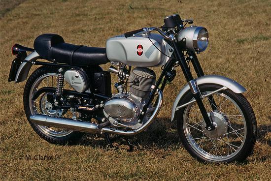 La Gilera 124 5V, presentata alla fine del 1965, è stata una delle migliori ottavo di litro italiane. Aveva il cambio a cinque marce, le ruote da 17 pollici e una estetica stupenda