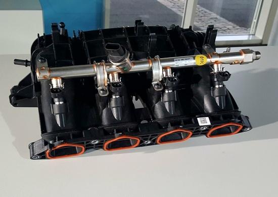 Il collettore del motore TGI VW con i quattro iniettori del gas e relativa rampa