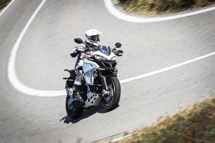 La Enduro Pro piega sicura su asfalto anche con le gomme tassellate Pirelli Scorpion Rally