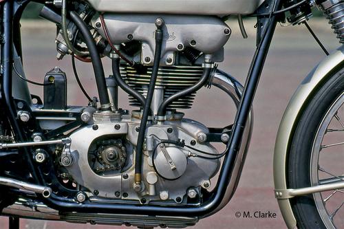 La foto mostra il meraviglioso motore di una Mondial 175 bialbero del 1956, identico come disegno a quello da Gran Premio di 125 cm3 dello stesso periodo. L'evoluzione subita è evidente, ma lo schema costruttivo è fondamentalmente uguale a quello del monocilindrico del 1949