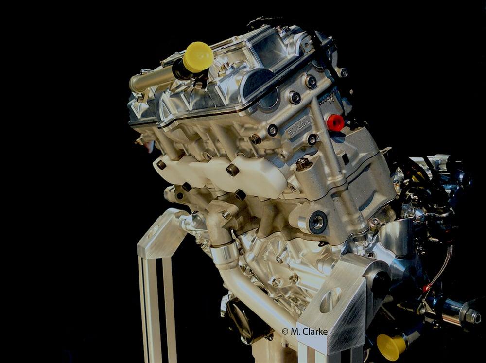 Nelle MotoGP si raggiungono velocità medie del pistone molto elevate. Per le ultime si parla di oltre 27 m/s, con l'albero a gomiti che impiega 3,5 millesimi di secondo per compiere un giro! Fare respirare bene il motore diventa davvero un'impresa titanica…