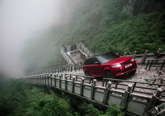 Ho-Pin Tung sale con Range Rover Sport PHEV alla Porta del Cielo [video]