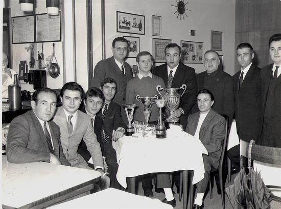 Cena della scuderia Speedy Gonzales; Luciano Garagnani e Franco Farnè sono il secondo e il terzo da sinistra e Giancarlo Bortolotti è a sedere, alla destra del tavolo. Renato Tarlazzi è in piedi tra Giovanni Giovannini (con gli occhiali) e il presidente del moto club, Silvio Zacchiroli