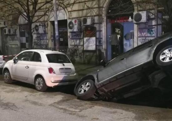 Si apre una voragine a Roma, quasi inghiottite due auto