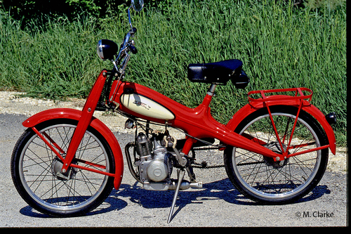 Il Motom 48 era un ciclomotore utilitario che per diversi anni è stato prodotto senza la sospensione posteriore. Questa è una versione del 1952
