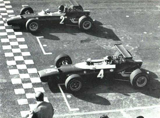 Le due rosse F2 dei piloti italiani al via del GP di Roma: l'ordine di partenza sarà poi anche quello di arrivo