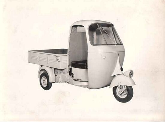 Con l'Ape C il tre ruote di Pontedera assume la sua forma più conosciuta. Arriva la cabina