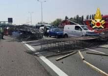Incidente Tangenziale Ovest: tir perde carico e invade corsia opposta