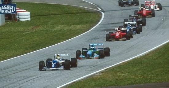 Dopo la safety car la carovana delle monoposto riparte. Ayrton Senna scatta in testa al 5° giro davanti a Schumacher. Alle 14:17 del 6° giro accade l'imprevedibile: quello fu il suo ultimo giro in Formula 1 Si accendono i motori. Possiamo lasciarci tutto alle spalle?