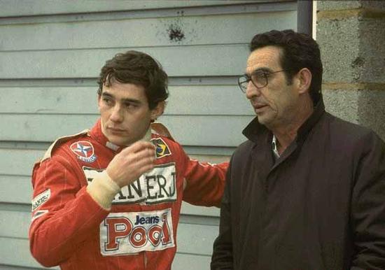 Milton Da Silva, papà di Ayrton Senna, seguiva sempre il figlio per i circuiti del mondiale senza essere mai invadente. Mangiava alla Minardi e si faceva spiegare le ricette per prepararle ad Ayrton, che avrebbe dovuto correre la sua ultima stagione di F1 proprio con il Team italiano