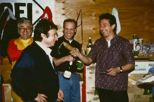 Quando mai rivedremo scene come questa? Siamo a Daytona nella seconda metà degli anni Ottanta nel box della Ducati. Da sinistra: Giorgio Nepoti, Franco Farnè, Giuliano Pedretti e, con il salame in mano, Marco Lucchinelli