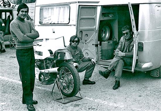 NCR a Imola negli anni Settanta. Giorgio Nepoti è seduto nel furgone Fiat 238 mentre Rino Caracchi è vicino alla Ducati bicilindrica del pilota del quale curano l'assistenza. In piedi l'amico Mattoni