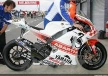 Lo scorpione Abarth fa capolino sulla M1 di Valentino Rossi