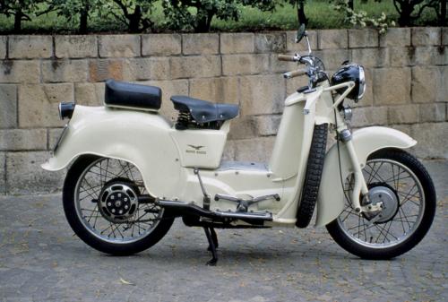 Il Galletto della Moto Guzzi era dotato di una semplice ma funzionale sospensione posteriore a singolo braccio oscillante. Questo modello, apparso nel 1950 e costruito in tre versioni, ha avuto un grande successo per la sua robustezza e la sua praticità