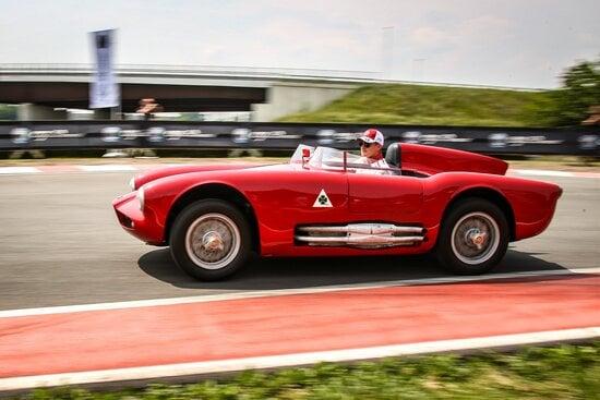 Marcus Ericsson sulla Alfa 750 competizione con la quale ha subito... un sorpasso da parte della Tipo B di Leclerc
