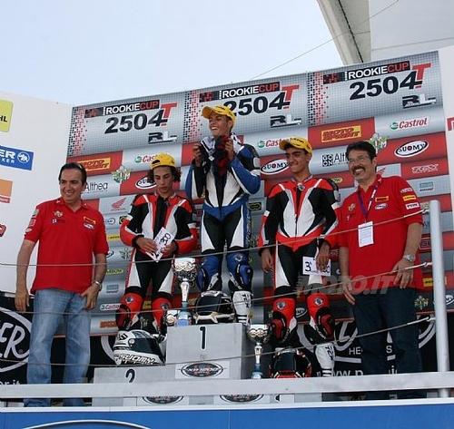 Il podio, con i piloti affiancati da Genesio Bevilacqua, della Racing Link, e Carlo Fiorani