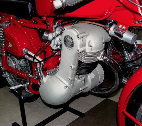 Nel 1956 la Benelli ha messo in produzione il Leoncino a quattro tempi, mostrato nella foto. La distribuzione monoalbero era comandata da una cascata di ingranaggi e lubrificazione era a carter secco (il che consentiva di impiegare lo stesso basamento del modello a due tempi, salvo lievi modifiche interne)