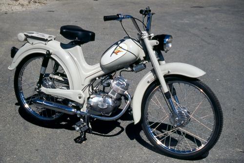Questo è il popolare Dick Dick della Demm. Alcuni ciclomotori che uscivano dallo stabilimento di Porretta Terme venivano realizzati in versioni a due e a quattro tempi