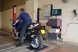 Il test di revisione moto con rulli e strumentazione