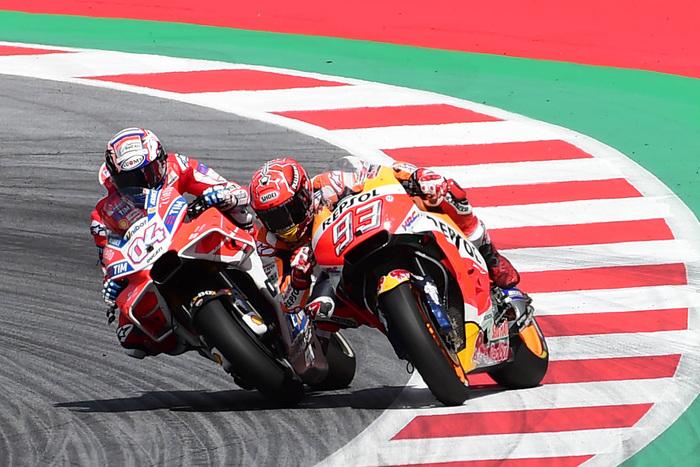 Il duello all'ultima curva fra Dovizioso e Marquez al GP austriaco nel 2017