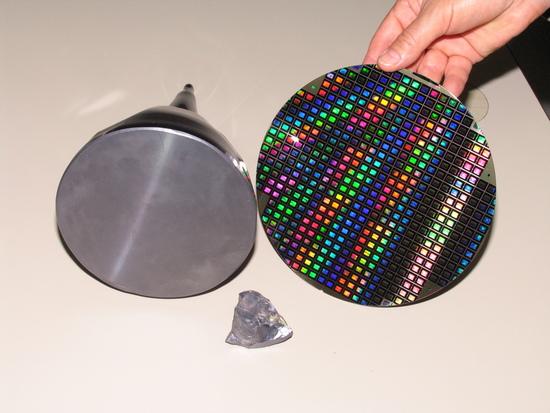 Il silicio in tre forme: grezzo come si presenta in natura, livello intermedio ancora grezzo ma pronto da tagliare ed infine a processo ultimato, con i chip impiantati