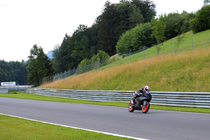 La KTM RC 390R sui lunghi rettilinei del Salzburgring
