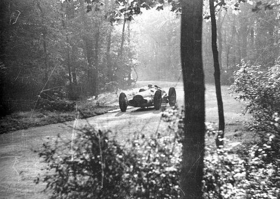 Un significativo scorcio del Bremgarten con Caracciola su Mercedes