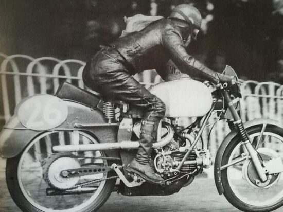 """Tenni il mito, """"l'uomo venuto dalla terra dei Cesari"""" in gara al TT di Man"""