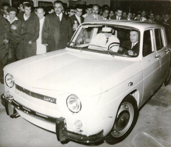 Ceausescu alla guida della prima Dacia, la 1100 che nasce nel 1968