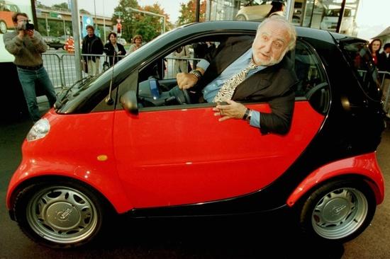 Nicolas hayek nel 1998 a bordo della prima smart