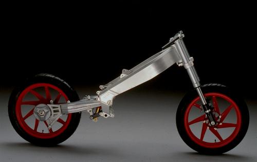 In questa immagine della ciclistica di una Aprilia 125 dei primi anni Novanta si può notare chiaramente la sospensione posteriore a singolo braccio oscillante con l'ammortizzatore vincolato alla estremità della biella