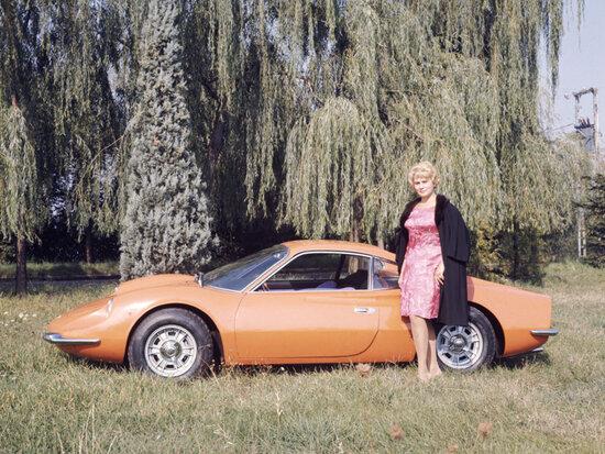 Una modella posa con la Dino 206 GT, la prima Dino stradale