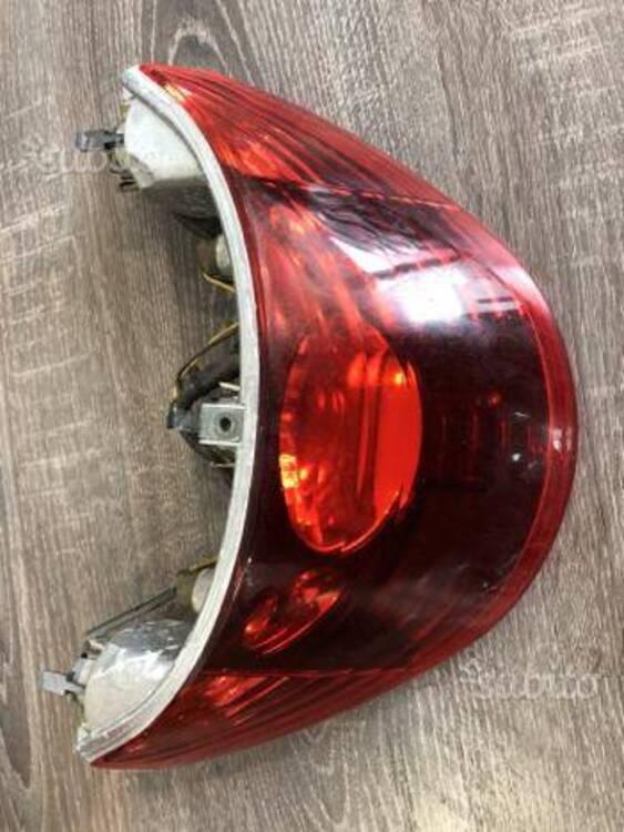 Faro posteriore Beverly 125/250/400 Piaggio (2)
