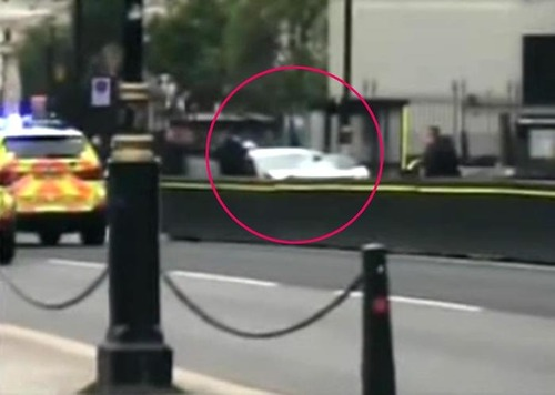 Londra, Auto si schianta su sede parlamento. Feriti e un arresto (2)