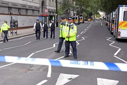 Londra, Auto si schianta su sede parlamento. Feriti e un arresto (3)
