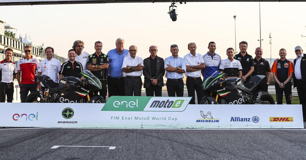 La foto di gruppo della MotoE sul rettilineo di Misano