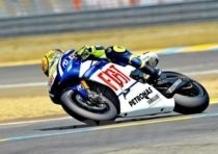 Rossi conquista la pole a Le Mans, davanti a Lorenzo e Pedrosa