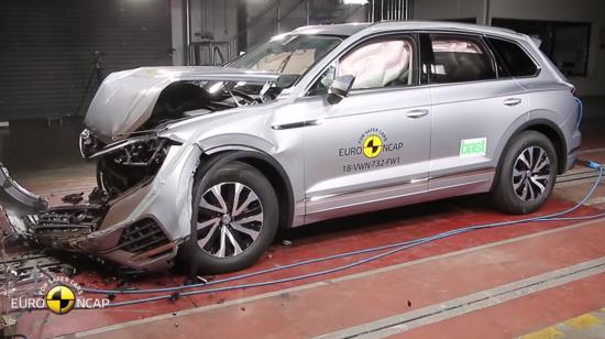 Volkswagen Touareg sottoposta ad un impatto frontale